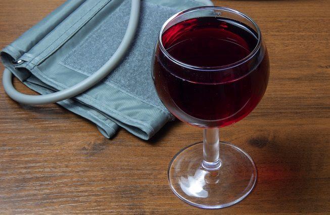 kak vliyaet krasnoe vino na davlenie povyshaet ili ponizhaet kakoe mozhno pit