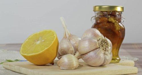 recepty dlya lecheniya ot vysokogo davleniya s limonom medom i chesnokom
